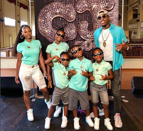 Cordero Brady com a esposa e os filhos posam em frente ao painel com o nome do seu canal no YouTube (Foto: Reprodução Instagram)