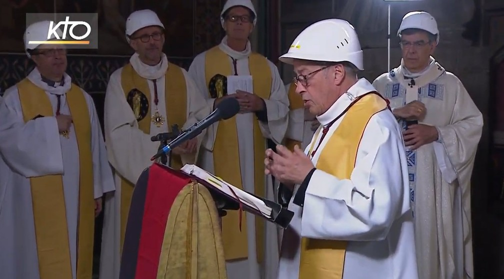 De capacete, padres católicos da Diocese de Paris dividiram as leituras bíblicas durante a primeira missa na Catedral de Notre-Dame após o incêndio de abril — Foto: Reprodução/KTOTV