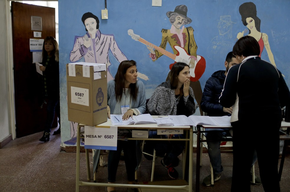 Argentinos votaram nas eleições legislativas deste domingo (22) (Foto: AP Photo/Natacha Pisarenko)