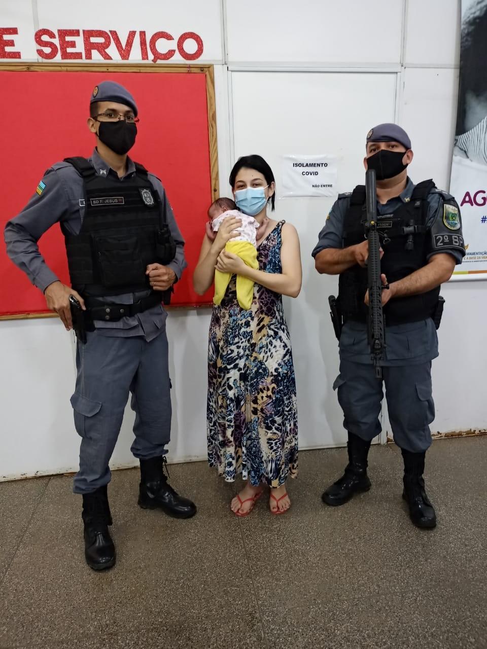 Bebê de 20 dias se engasga com leite materno e é salva por policiais em Macapá
