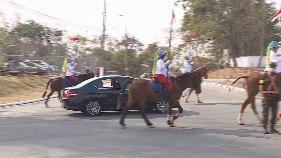 Carro com general Braga Netto é escoltado por cavalaria — Foto: Reprodução/TV Globo