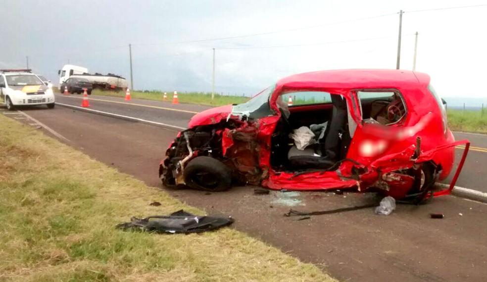 ... Acidente entre carro e caminhão deixa um morto no trevo de Bocaina na  SP-255 b8c2410c0c8f4