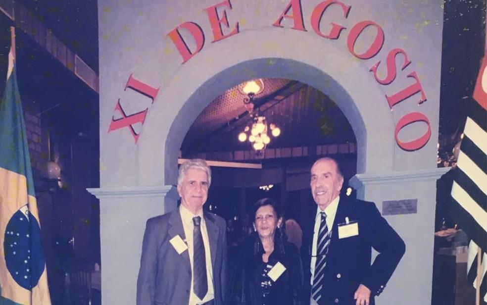Ex-ministro do TSE, Hugo Gueiros Bernardes (falecido), Dra. Heloisa Mendonça e o ex-procurador do DF,  Rubens de Barros Brisola (falecido) (Foto: Arquivo pessoal)