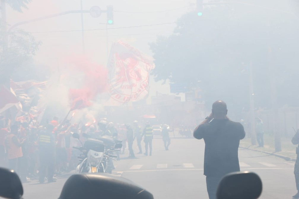 Torcida Inter apoia o time no aeroporto — Foto: João Victor Teixeira