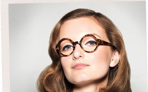 a7e406a55 Por trás das lentes: cinco ideias para combinar óculos e maquiagem - Vogue  | beleza