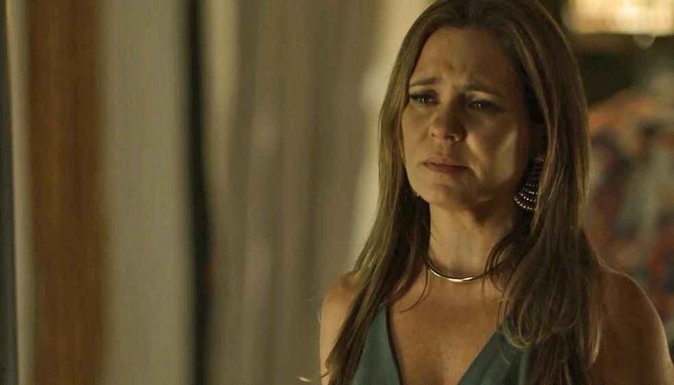Laureta escondeu toda a verdade de Karola — Foto: TV Globo