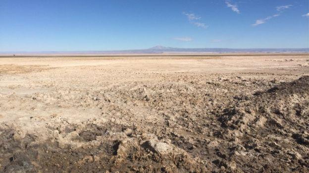 O Salar do Atacama cobre uma área de 3 mil quilômetros quadrados (Foto: via BBC News)