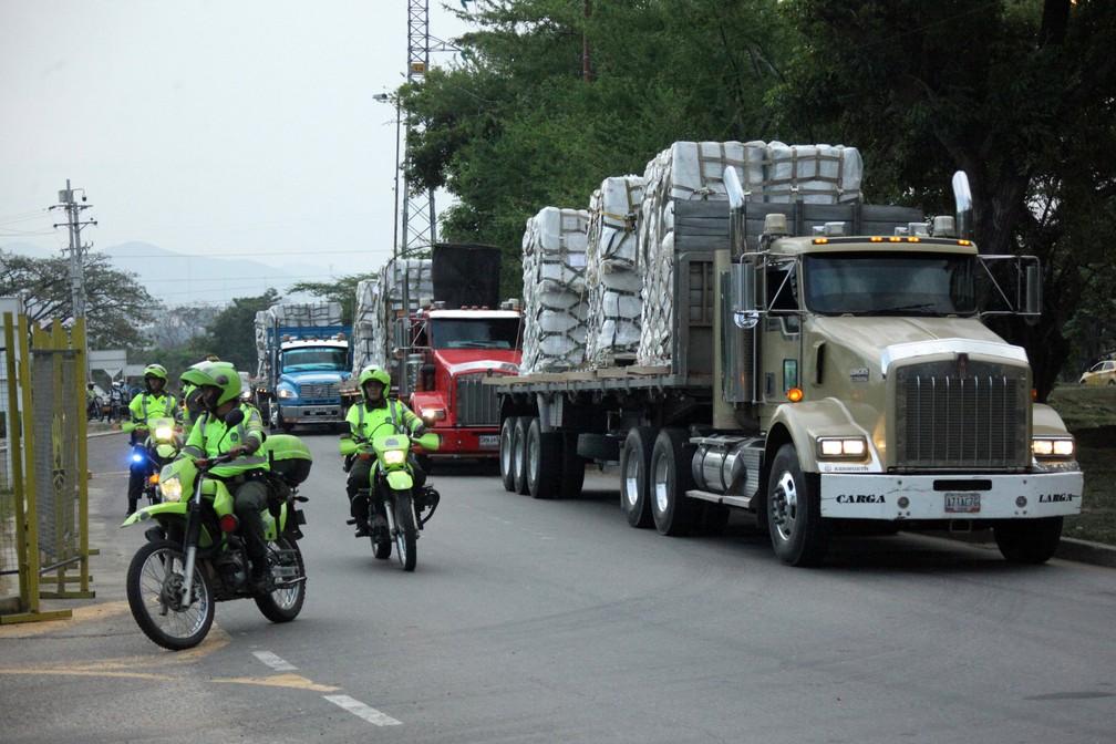 Caminhões chegam com ajuda humanitária perto de Tienditas, na fronteira entre Venezuela e Colômbia, neste domingo (17). — Foto: Carlos Eduardo Ramirez/Reuters