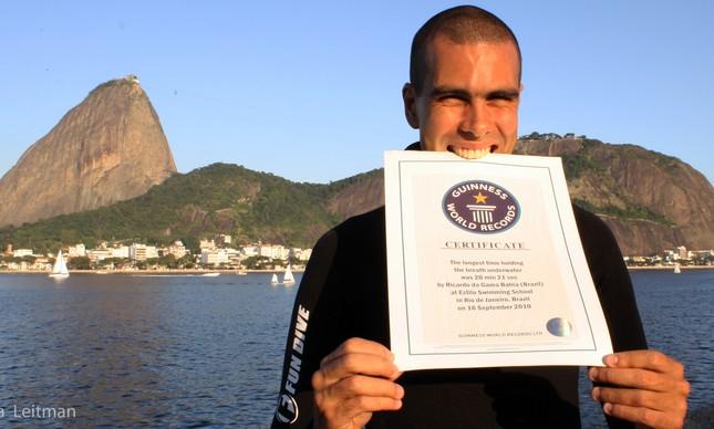 Ricardo Bahia com o certificado do Guiness Book no mergulho de apneia