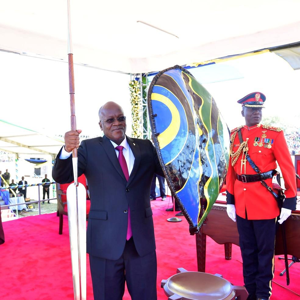 O presidente reeleito da Tanzânia, John Pombe Magufuli, segura lança e escudo depois de tomar posse para seu segundo em novembro de 2020 — Foto: Tanzania State House Press/Reuters