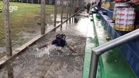 """Torcedor explica peixinho em """"piscina"""" na arquibancada após temporal: """"Foi na empolgação"""""""