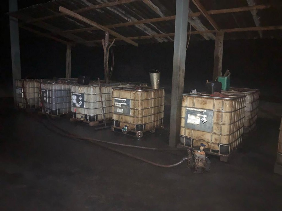 Tanques de combustíveis foram apreendidos e encaminhados à Prefeitura de Felixlândia — Foto: Polícia Militar/Divulgação