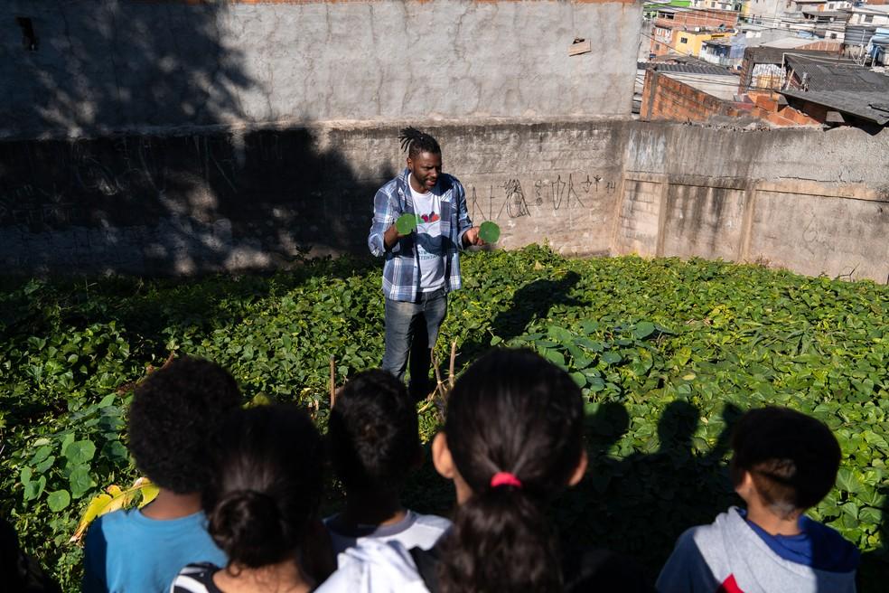 Wagner Ramalho, fundador do Projeto Prato Verde Sustentável, oferece aulas de educação ambiental para crianças. Foto: Marcelo Brandt/G1.