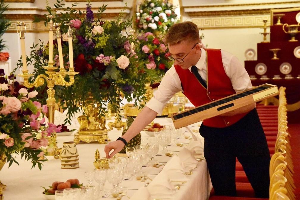 Preparação para o banquete de Estado oferecido nesta segunda-feira (3) ao presidente americano, Donald Trump, no Palácio de Buckingham, em Londres. — Foto: Twitter/Família real britânica