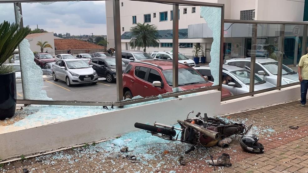 Câmera foi arremessada e jogada contra vidro de hospital, em Cascavel — Foto: Portal 24h/Imagem cedida