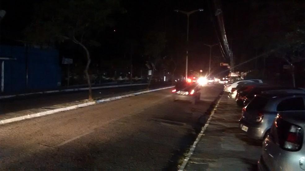 Ruas de Fortaleza são iluminadas por faróis dos veículos (Foto: André Teixeira/G1)