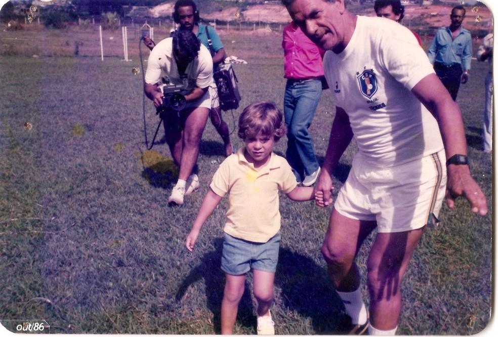 Telê Santana na seleção brasileira com o neto Diogo — Foto: Arquivo Pessoal