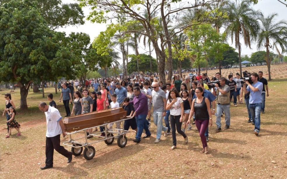 Centenas de pessoas participam do velório de João Pedro Calembo (Foto: Murillo Velasco/ G1)