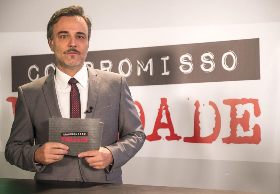 No Brasil, Murilo (Marcelo Valle) vai noticiar a prisão em seu programa de TV em 'Verão 90' — Foto: João Miguel Junior/Globo