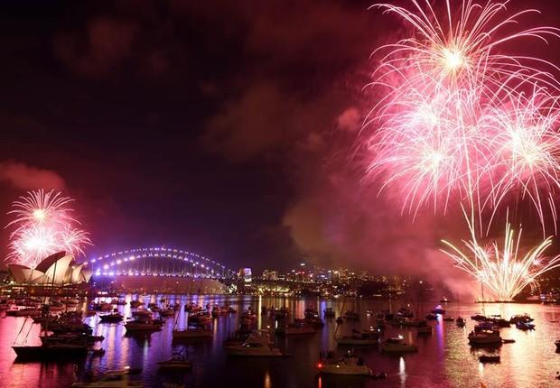 Queima de fogos em Sidney, na Austrália, comemorando a chegada de 2017 (Foto: EFE/EPA/MICK TSIKAS AUSTRALIA AND NEW ZEALAND OUT)