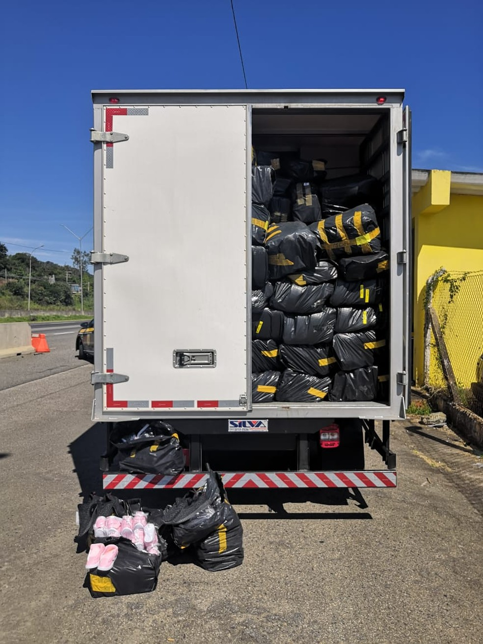6974aaf4c ... Caminhão abarrotado de pares de calçados falsificados foi apreendido —  Foto: Lucas Rangel/TV