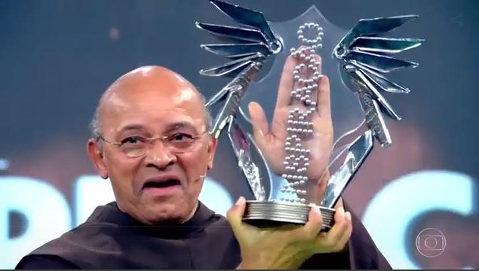 Frei David recebeu um prêmio  — Foto: TV Globo