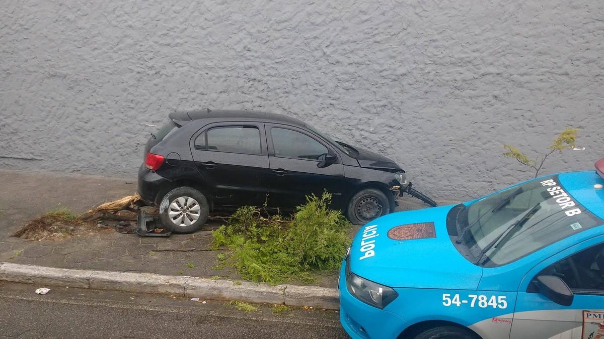 Motorista de carro colide contra placa de sinalização e árvore no Centro de Cabo Frio, no RJ
