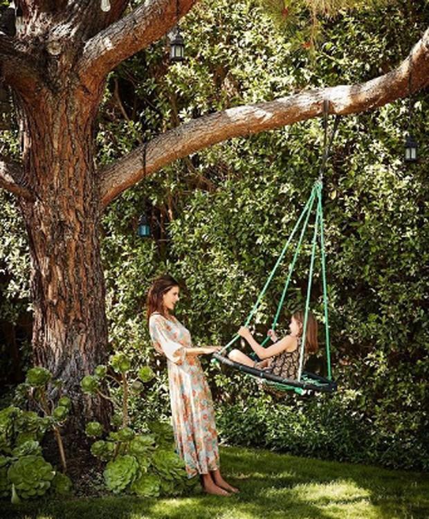 Alessandra Ambrosio tem pé de jacarandá em sua casa em Los Angeles (Foto: Reprodução)