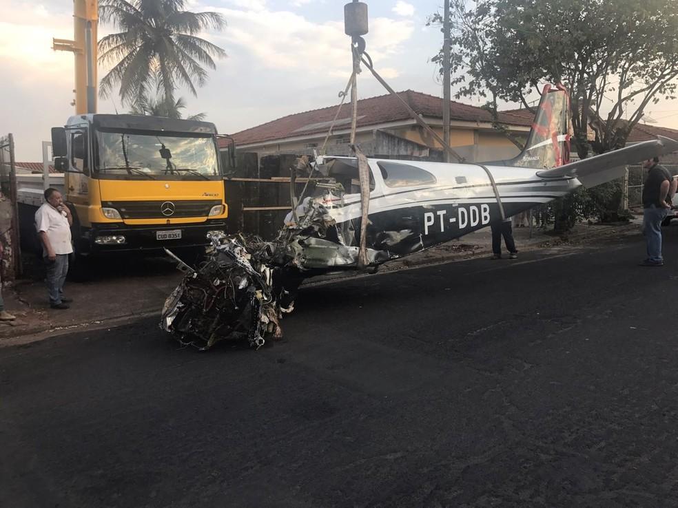 Avião foi retirado da casa onde caiu, em São José do Rio Preto (SP) (Foto: Gridânia Brais/TV TEM/Arquivo)