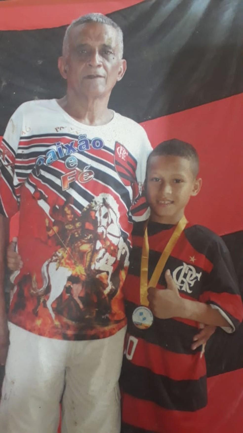 João Gomes, ainda criança, com o avô, Mirinho — Foto: Arquivo Pessoal