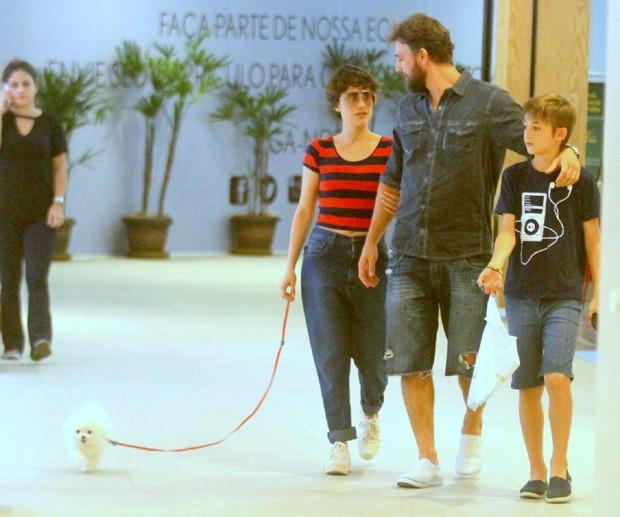 Cássio Reis com Fernanda Vasconcellos e o filho, Noah (Foto: Agnews)