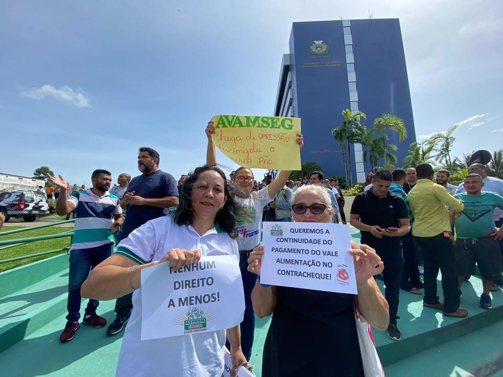 Protesto em frente à Assembleia Legislativa do AM para trânsito  — Foto: Carolina Diniz/G1 AM