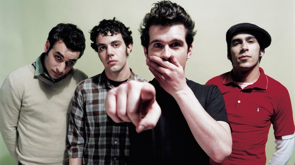 -  A banda norte-americana de indie rock Brand New com o vocalista Jesse Lacey tapando a boca  Foto: Divulgação