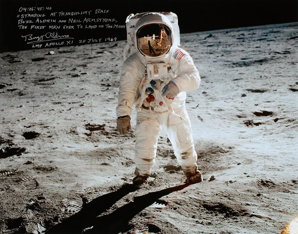 A fotografia mostra o astronauta Buzz Aldrin na Lua; a foto foi tirada por Neil Armstrong, cujo reflexo aparece no capacete (Foto: Divulgação)