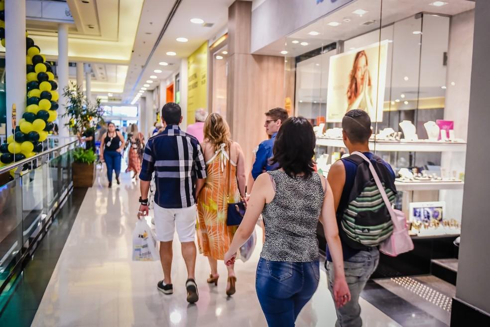 Novas regras regulamentam trabalho aos domingos e feriados e atingem principalmente o funcionamento de lojas em shoppings — Foto: Priscilla Fiedler/Shopping Curitiba
