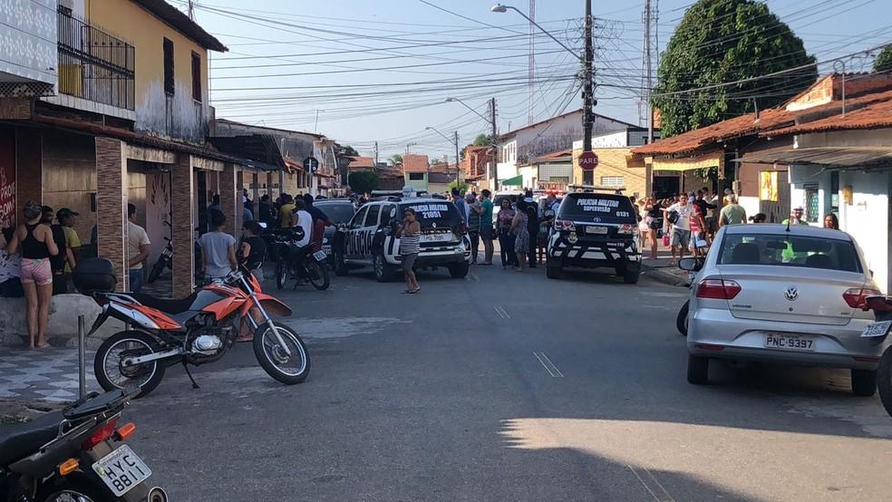 Equipes da polícia na Rua São Manoel logo após o crime  (Foto: Reprodução/TV Verdes Mares)