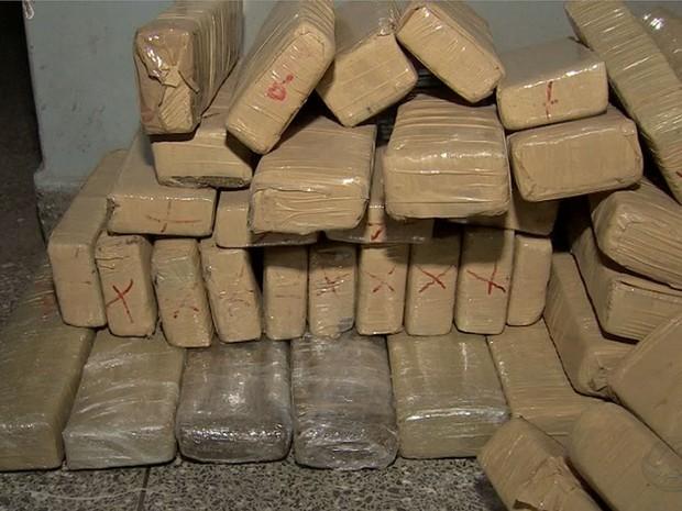 PM prendeu 13 pessoas com 800 kg de droga em Cuiabá (Foto: Reprodução/TVCA)
