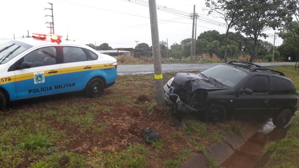 Carro invadiu canteiro central; BPTran fez atendimento no local (Foto: Sérgio Saturnino/ TV Morena)