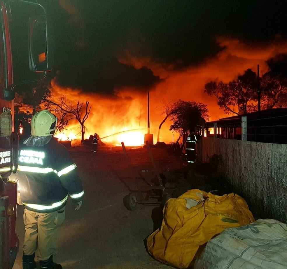 Previsão dos bombeiros é que todos os focos do incêndio sejam apagados em 48h. — Foto: Rafaela Duarte/Verdes Mares