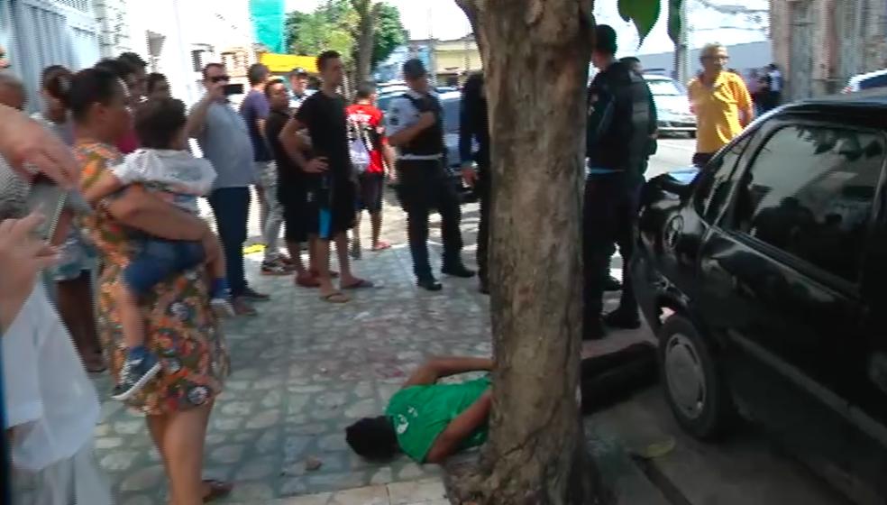 Suspeito usava arma de brinquedo, afirmaram testemunhas aos policiais (Foto: TV Verdes Mares/Reprodução)