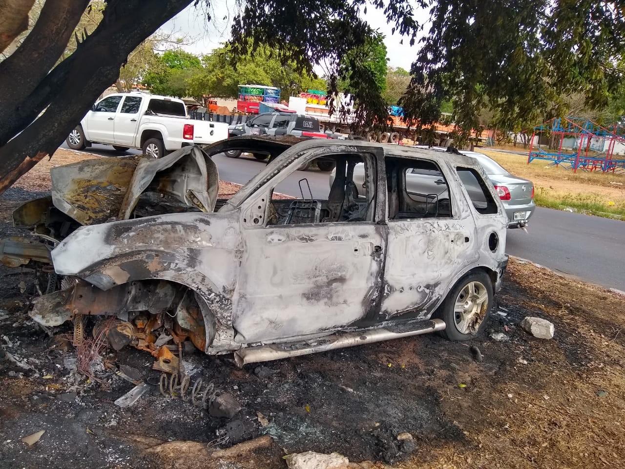 Suspeitos de roubo são presos após carro pegar fogo ao colidir contra árvore em Teresina
