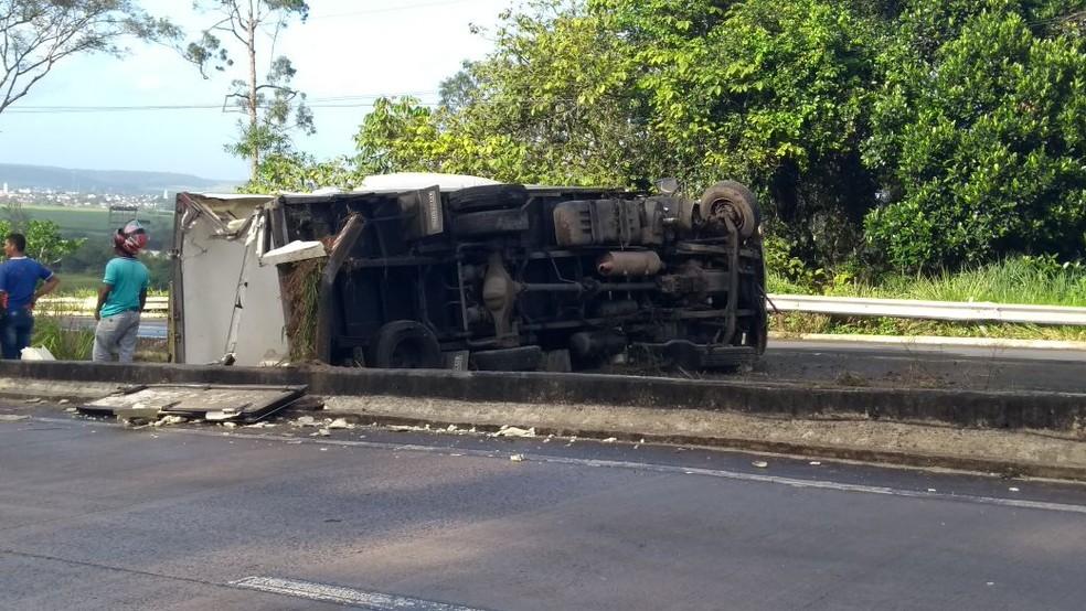 Caminhão ocupou canteiro central e parte de pista da BR-101, no sentido João Pesoa/Recife (Foto: Reprodução/WhattApp)
