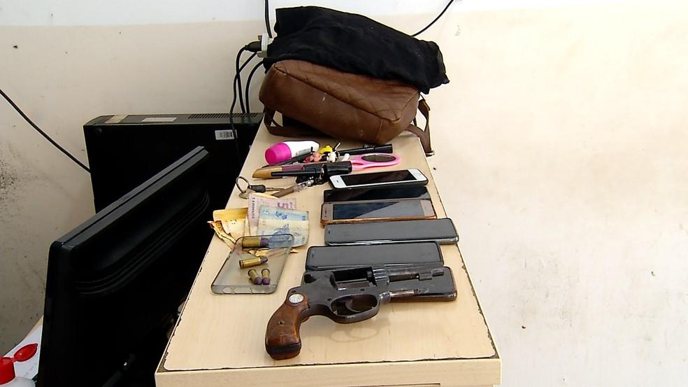 Com a mulher presa, foram apreendidos um revólver, além de vários objetos roubados, como aparelhos celulares, bolsas, dinheiro e outros pertences — Foto: Inter TV Cabugi/Reprodução