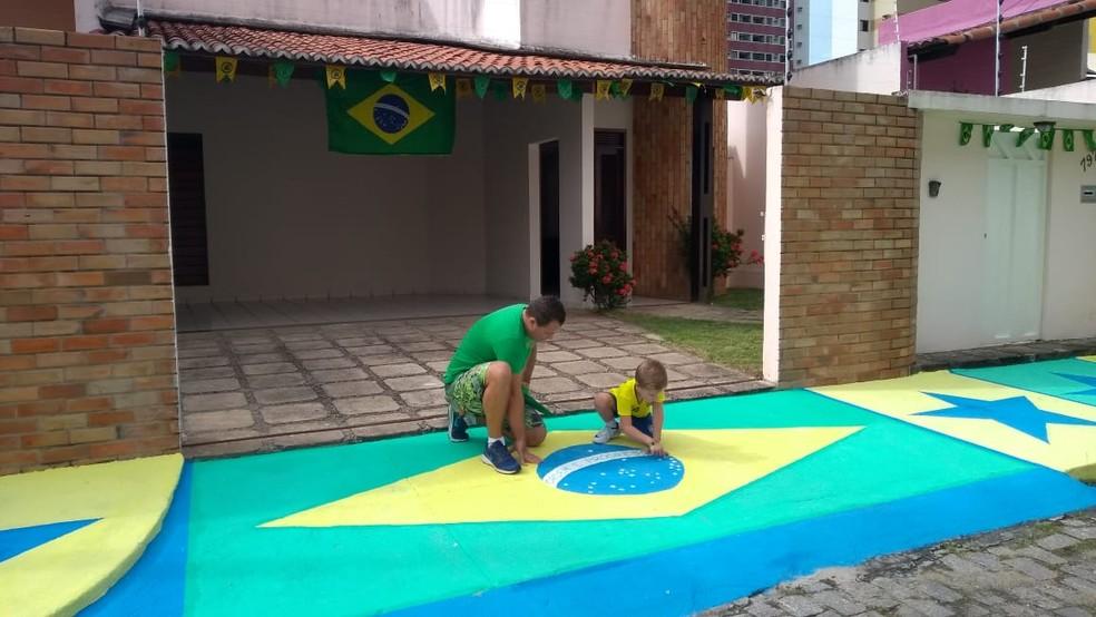 Fabiano Amaral e o filho, Miguel, de 5 anos, estão no clima da Copa, em Natal  (Foto: Oscar Xavier/Inter TV Cabugi)