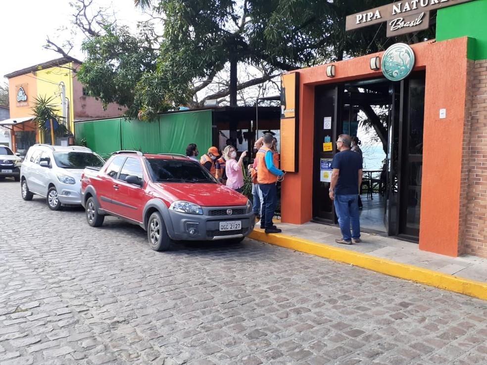 Ao todo, 10 estabelecimentos já foram notificados e fechados temporariamente na praia — Foto: Julianne Barreto/Inter TV Cabugi