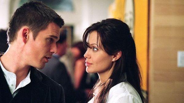 Angelina Jolie e Ethan Hawke em Roubando Vidas (2004) (Foto: Reprodução)