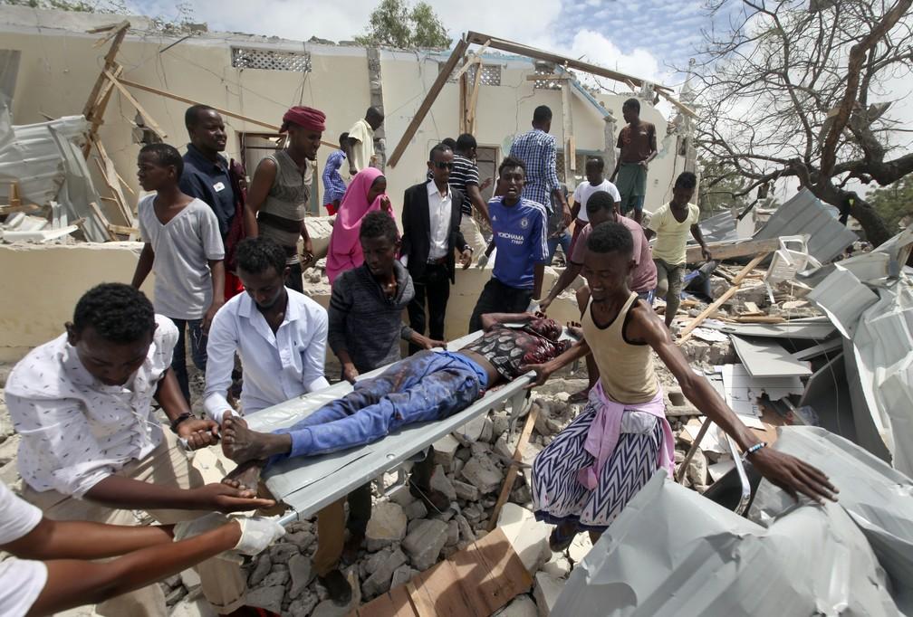 -  Ferido é transportado após explosão de carro-bomba nesta segunda-feira  10  em Mogadiscio, na Somália  Foto: Farah Abdi Warsameh/AP Photo