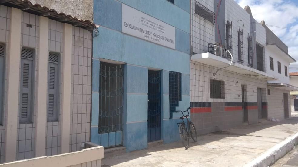 Pais foram assaltados em fila para matrículas de alunos da Escola Municipal Professor Francisco Morais Filho, em Mossoró — Foto: Ivanúcia Lopes/Inter TV Costa Branca