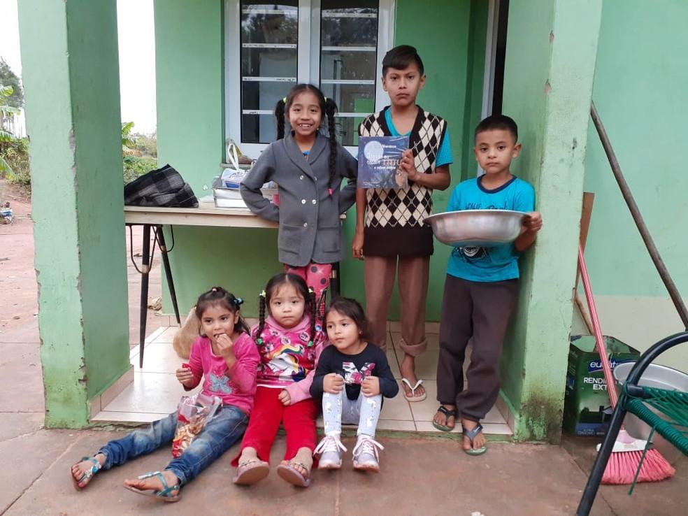 Indígena vende livro autoral e reverte lucro para combate à Covid na aldeia de Avaí — Foto: Arquivo pessoal/Tiago Nhandewa