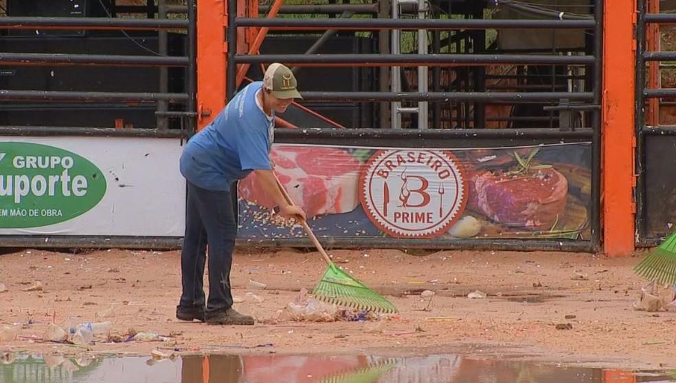 Domingo foi de limpeza no Parque de Exposições em Pirajuí  — Foto: Willian Silva / TV TEM